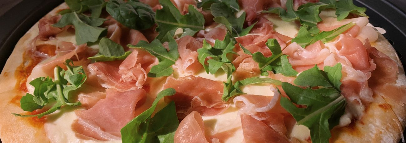 Pizza with bocconcini, prosciutto & rocket – easy homemade recipe